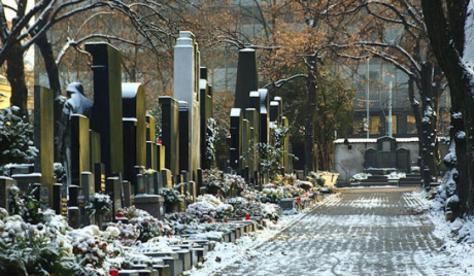 Μοντέλα πόζαραν σε ...τάφους στρατιωτών