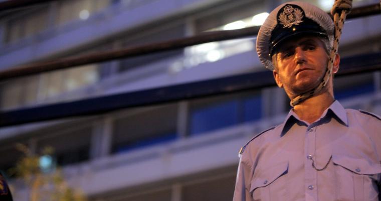 `Λάδι στη φωτιά`. ΕΔΕ εναντίον του αστυνομικού που `κρεμάστηκε` στο Σύνταγμα.Ακολουθούν στρατιωτικοί;