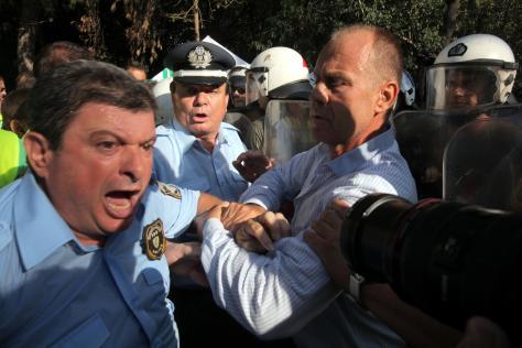 Διαδήλωση στρατιωτικών-αστυνομικών μετά από την ανακοίνωση των μέτρων