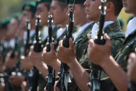 Επιχείρηση `λουκέτο`. Μονόδρομος το κλείσιμο άχρηστων στρατοπέδων στη μάχη με τη τρόϊκα