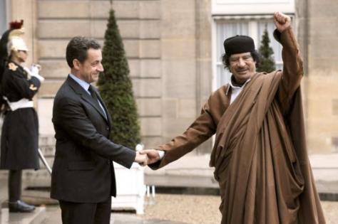 Ο Σαρκοζί (που το αρνείται) τα έπαιρνε από τον Kαντάφι...
