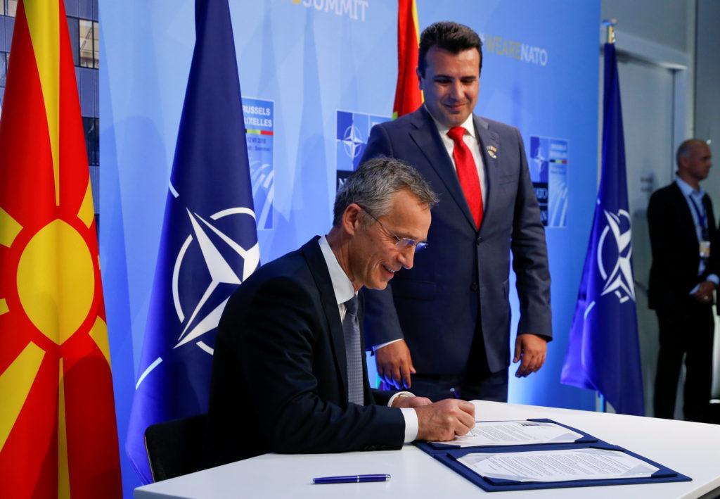 Ο Στόλτενμπεργκ έδωσε στον Ζάεφ την πρόσκληση του ΝΑΤΟ για ενταξιακές διαπραγματεύσεις - ΦΩΤΟ