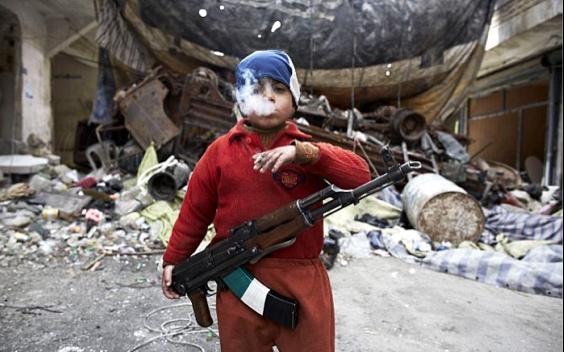 Συγκλονιστική φωτογραφία 7χρονου μαχητή και βίντεο - σοκ!