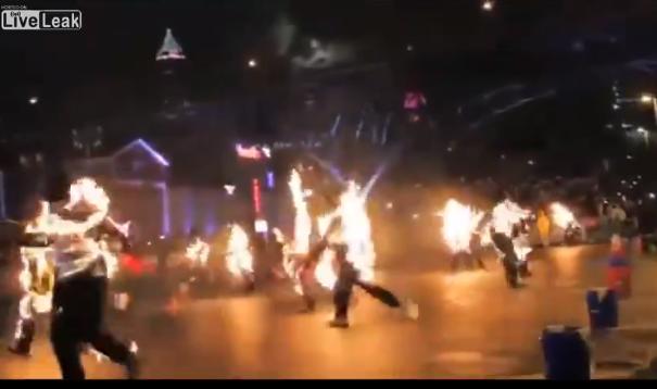 Οι άνθρωποι είναι ηλίθιοι, βάζουν φωτιά στα ρούχα τους για να κάνουν ρεκόρ!!!!
