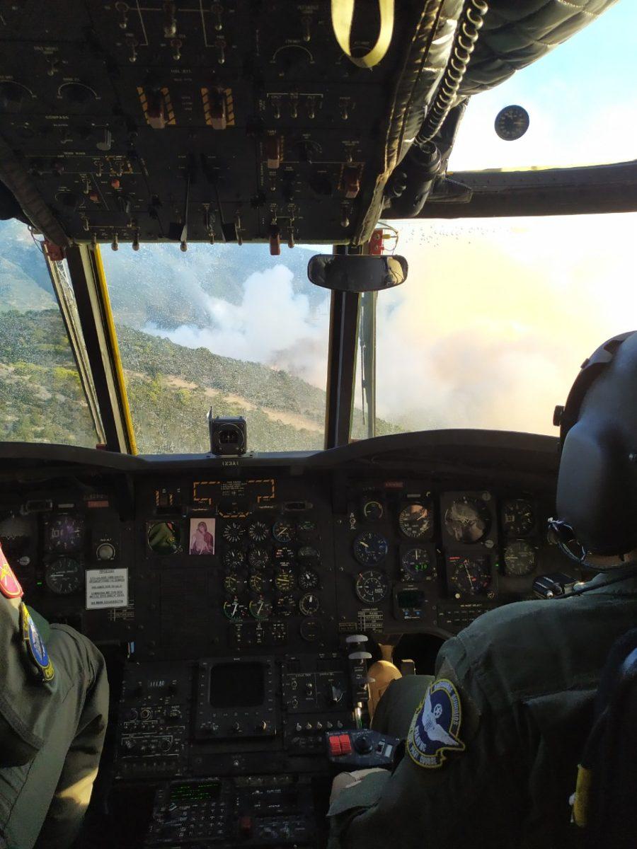 Συγκλονιστική εικόνα της πύρινης λαίλαπας από το πιλοτήριο του Chinook
