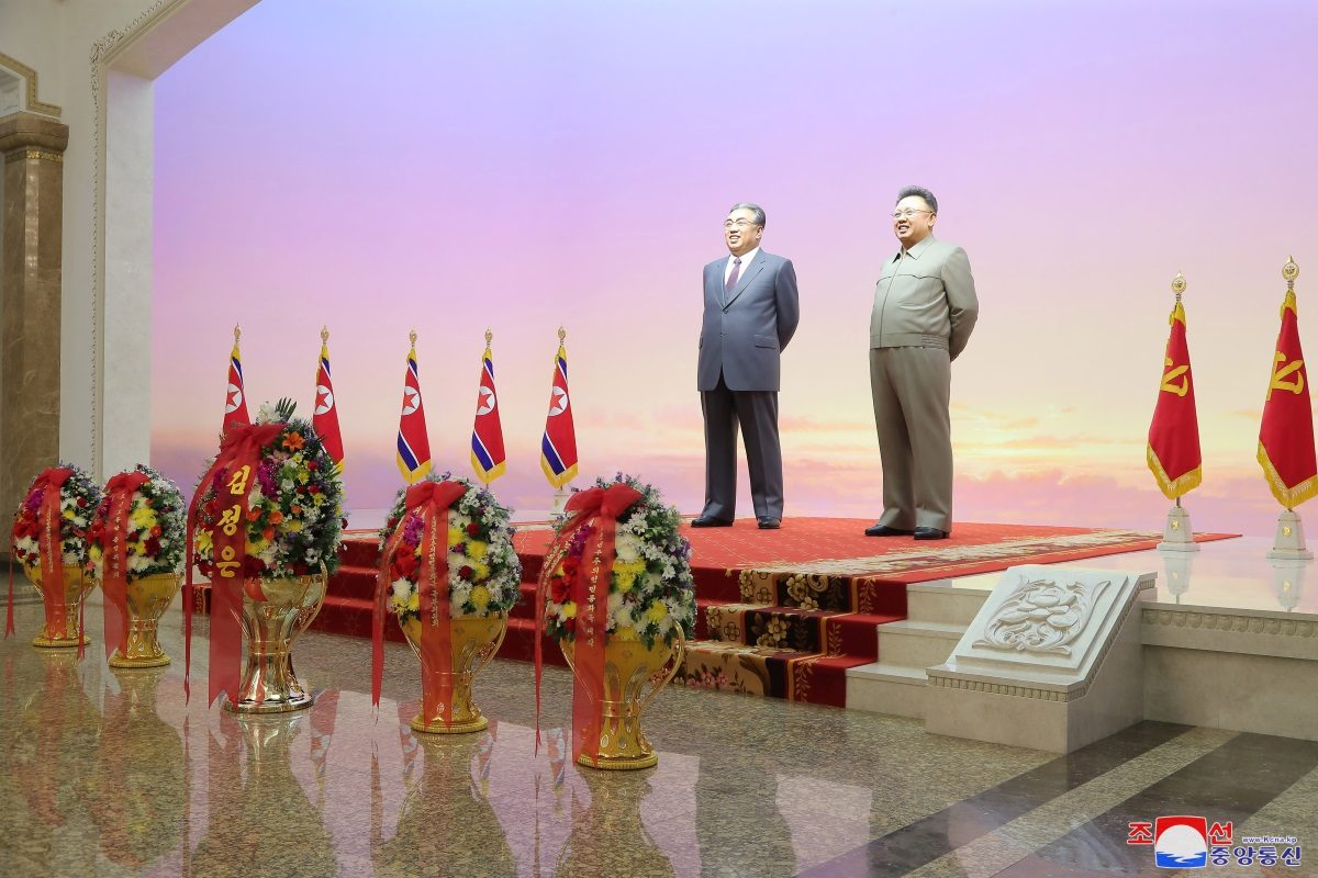 Κιμ Γιονγκ Ουν: Επίσκεψη μετά συζύγου και αδελφής στο μαυσωλείο του παππού του Κιμ Ιλ Σουνγκ