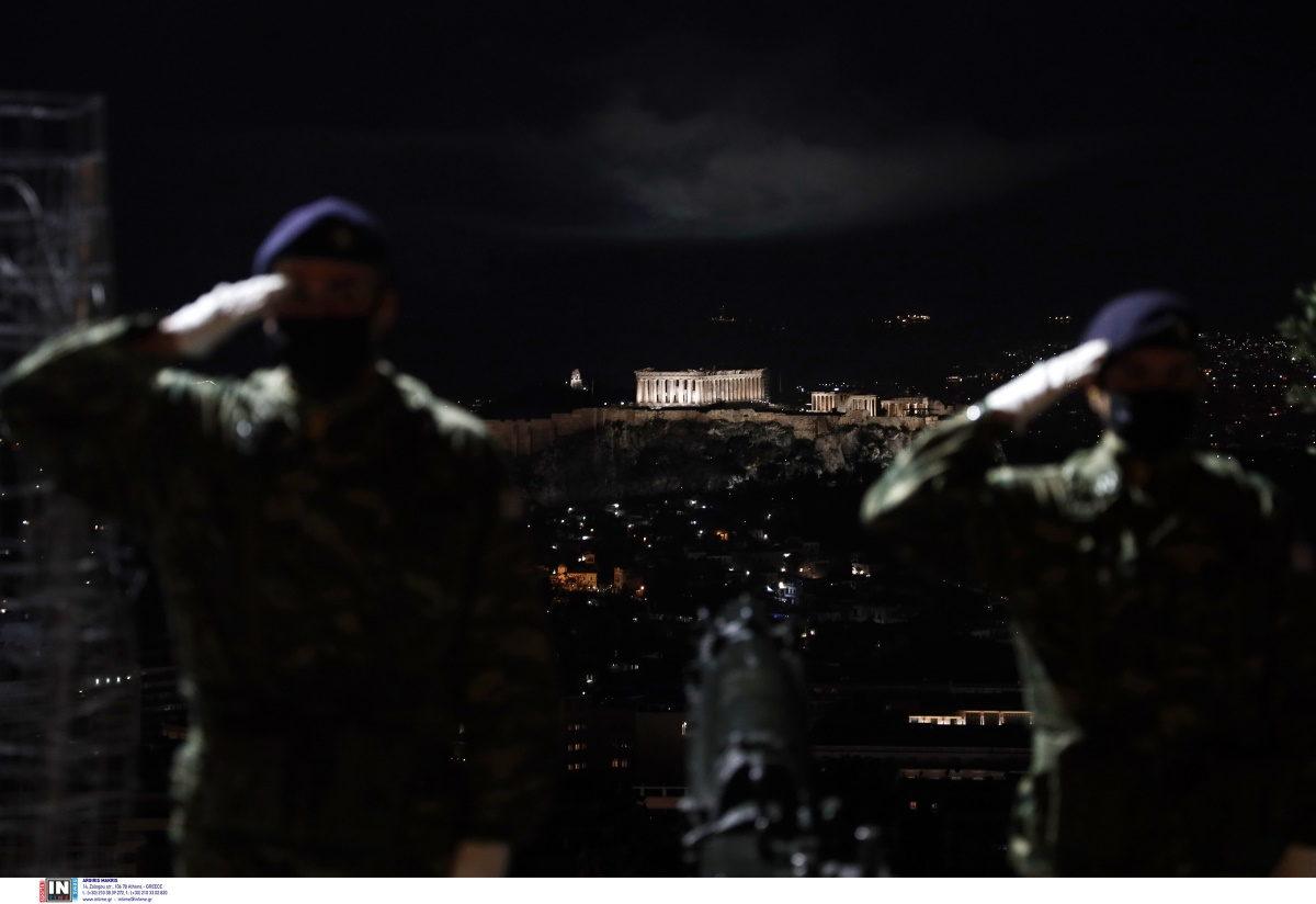 «Χριστός Ανέστη!» – Κανονιοβολισμοί και πυροτεχνήματα από τον Λόφο του Λυκαβηττού έκαναν τη νύχτα μέρα [pics]