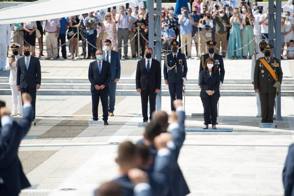 Σχολή Ικάρων: Οι Ανθυποσμηναγοί παρέλαβαν τα ξίφη τους από την ΠτΔ [pics]
